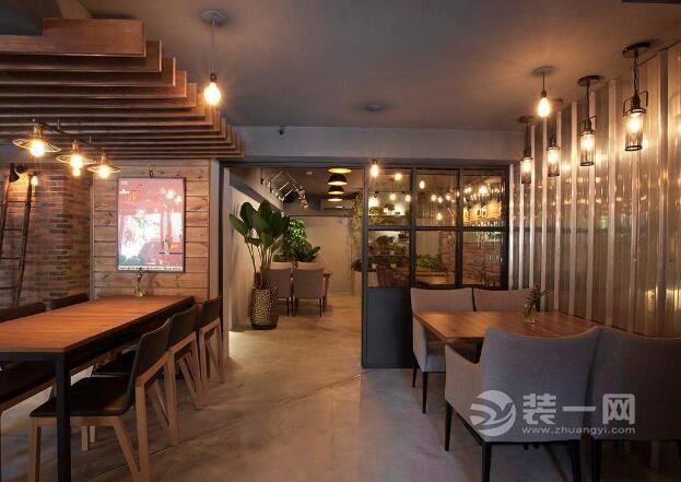 设计师透过大量原木、铁件、水泥的结合,铺陈室内朴质原始的场域调性;各式各样从泰国带回来的纪念品,则成为空间中最佳妆点,在粗犷时尚氛围中融入些许异国情调,以工业风格为主,为我们打造出一个不一样的泰国风情。跟上海室内设计培训的小编一起来看看吧!    店内格局配置依照业主期望,除了规划大、中、小型用餐区,亦设有半开放式包厢区,满足不同客层的用餐需求。装修网的小编看到,各区域透过丰富的材质表现,形塑天与壁的视觉效果,此划分场域机能性,却又能彼此和谐共存。    为化解樑压头顶产生的压迫感,特别以木格栅造型加